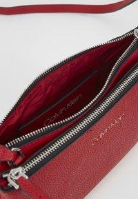 Calvin Klein - EVERYDAY DUO CROSSBODY - Sac bandoulière - red - 5