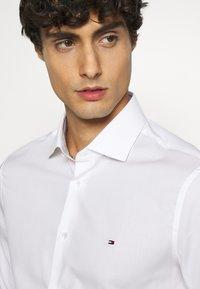Tommy Hilfiger Tailored - Formální košile - white - 4