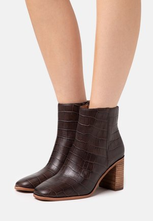 MALONE TOE BOOTIE CROCO - Classic ankle boots - dark coffee