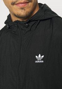 adidas Originals - ESSENTIAL ADICOLOR SLIM - Tunn jacka - black - 5