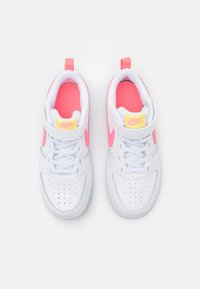 Nike Sportswear - COURT BOROUGH 2 UNISEX - Sneakers basse - white/sunset pulse/light zitron/black - 3