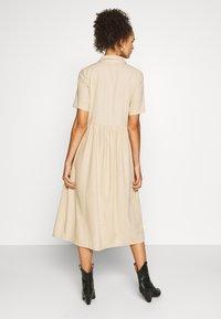 PIECES Tall - PCMILRED DRESS TALL - Vestido informal - warm sand - 2