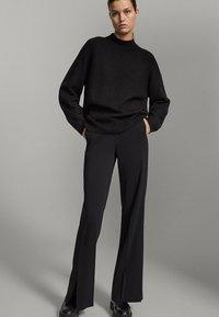 Massimo Dutti - SCHWARZE MIT SCHLITZ AM SAUM  - Pantalon classique - black - 1