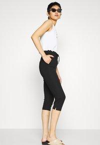 ONLY Petite - ONLPOPTRASH EASY CAPRI PANT  - Bukse - black - 4