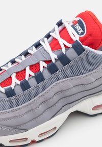 Nike Sportswear - AIR MAX 95 - Sneakersy niskie - cement grey/thunder blue/chile red/summit white/white - 5