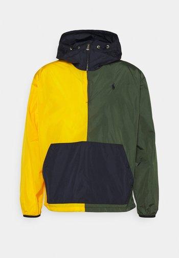 COLOR-BLOCKED WATER-REPELLENT JACKET - Lehká bunda - army/slicker yellow
