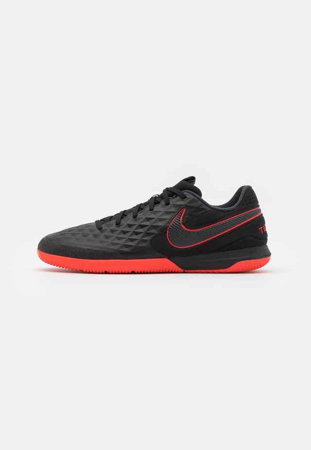 REACT TIEMPO LEGEND 8 PRO IC - Chaussures de foot en salle - black/dark smoke grey/chile red