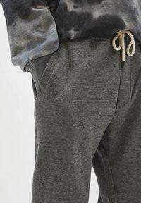 PULL&BEAR - Träningsbyxor - mottled grey - 4