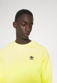 adidas Originals - ESSENTIAL CREW - Collegepaita - pulse yellow - 3