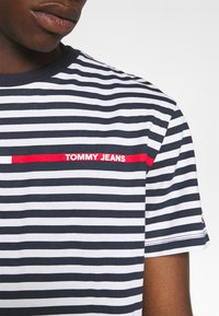 Tommy Jeans - BRANDED STRIPE TEE - Triko spotiskem - twilight navy/multi - 5