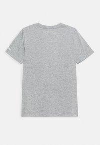 Converse - SHORT SLEEVE LOG GRAPHIC UNISEX - T-shirt imprimé - dark grey heather - 1