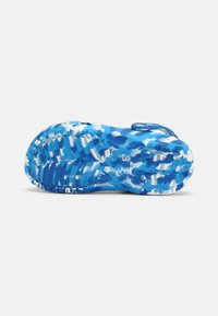 Crocs - CLASSIC MARBLED UNISEX - Zuecos - bright cobalt/white - 5