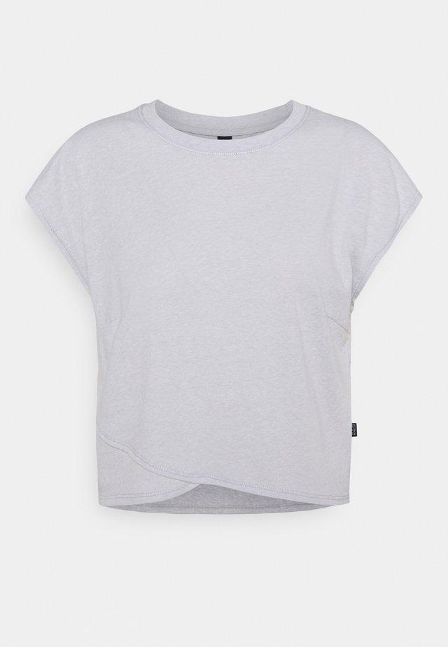 LIFESTYLE CROSS HEM - Print T-shirt - grey marle