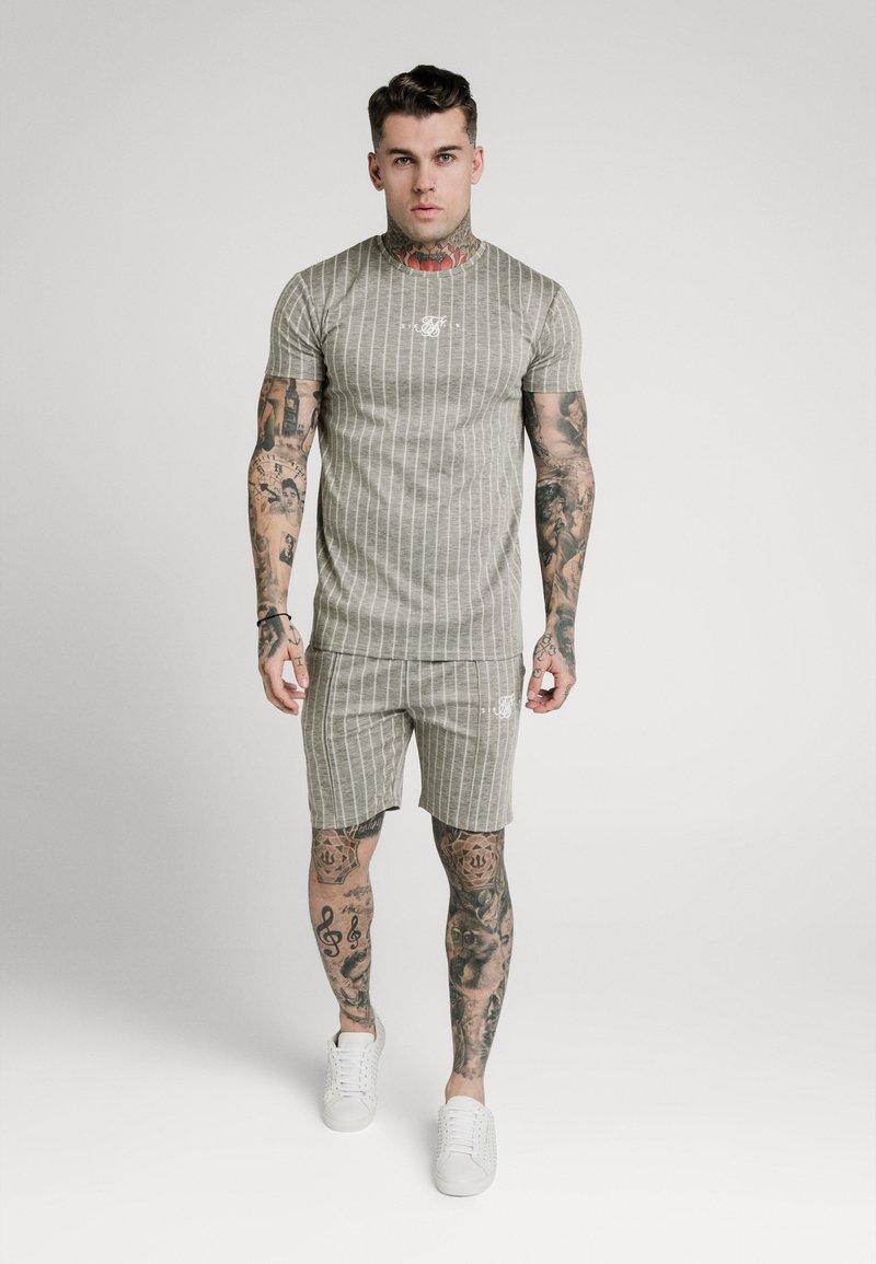 SIKSILK - RAGLAN TECH TAPE TEE - T-shirt con stampa - grey