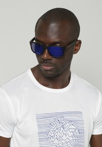 Oakley - HOLBROOK - Sunglasses - matte black/positive red iridium - 0