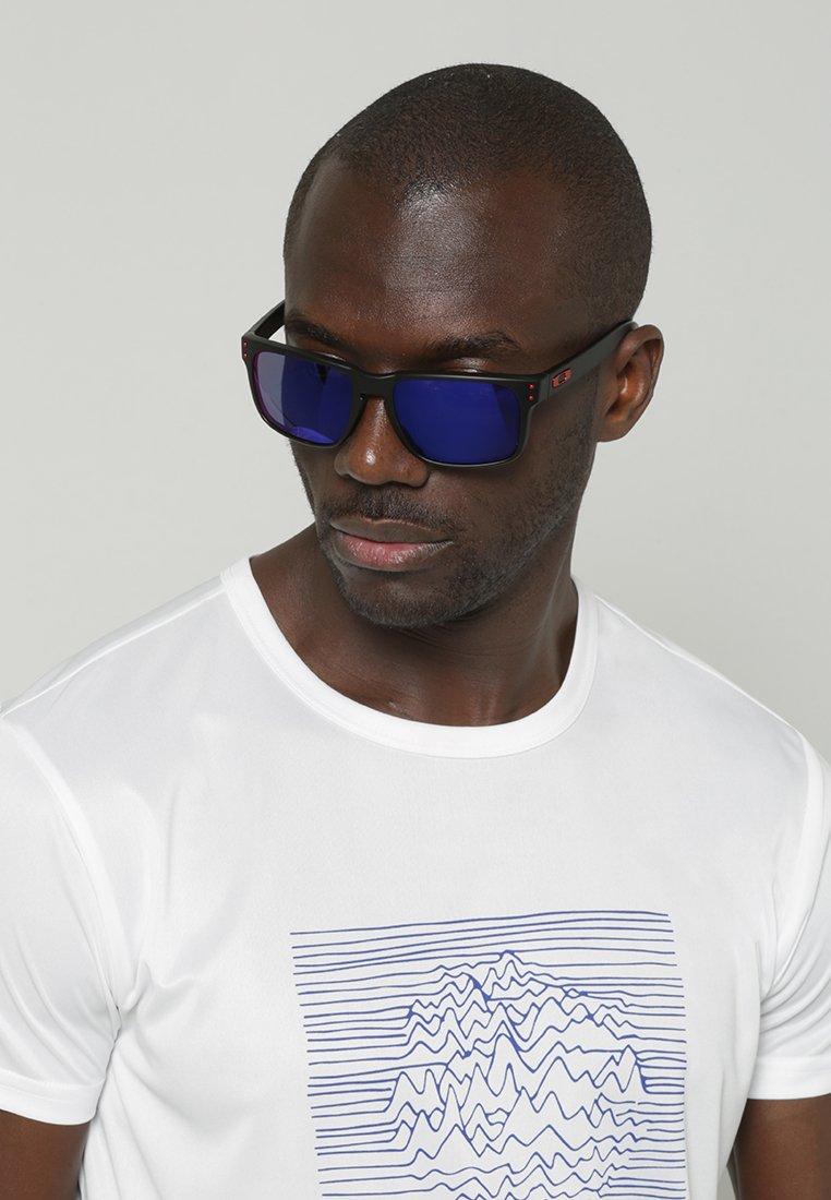 Oakley - HOLBROOK - Sonnenbrille - matte black/positive red iridium