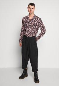 AllSaints - HEARTBREAK - Camicia - black/granite pink - 1