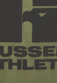 Russell Athletic Eagle R - CODY MODERN CREWNECK TEE UNISEX - Print T-shirt - four leav clover - 2