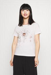 ONLY Petite - ONYRANDI LIFE - Camiseta estampada - cloud dancer - 0