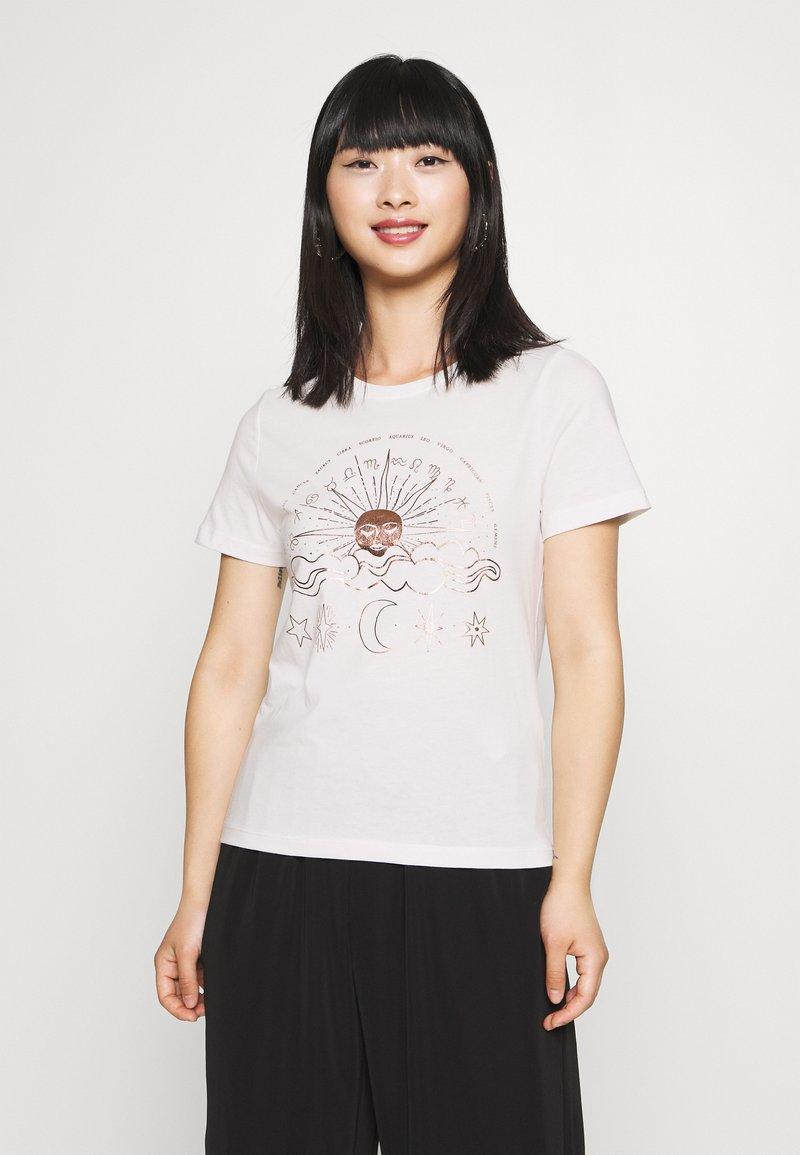 ONLY Petite - ONYRANDI LIFE - Camiseta estampada - cloud dancer