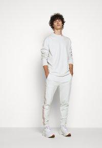 HUGO - DOTCH - T-shirt à manches longues - natural - 1