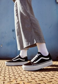 Vans - UA OLD SKOOL PLATFORM - Sneakersy niskie - black/white - 4