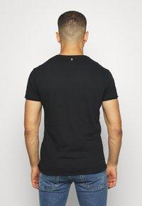 Key Largo - MOTORBIKE ROUND - T-shirt z nadrukiem - black - 2