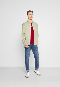 Tommy Hilfiger - CORP SPLIT TEE - Printtipaita - primary red - 1