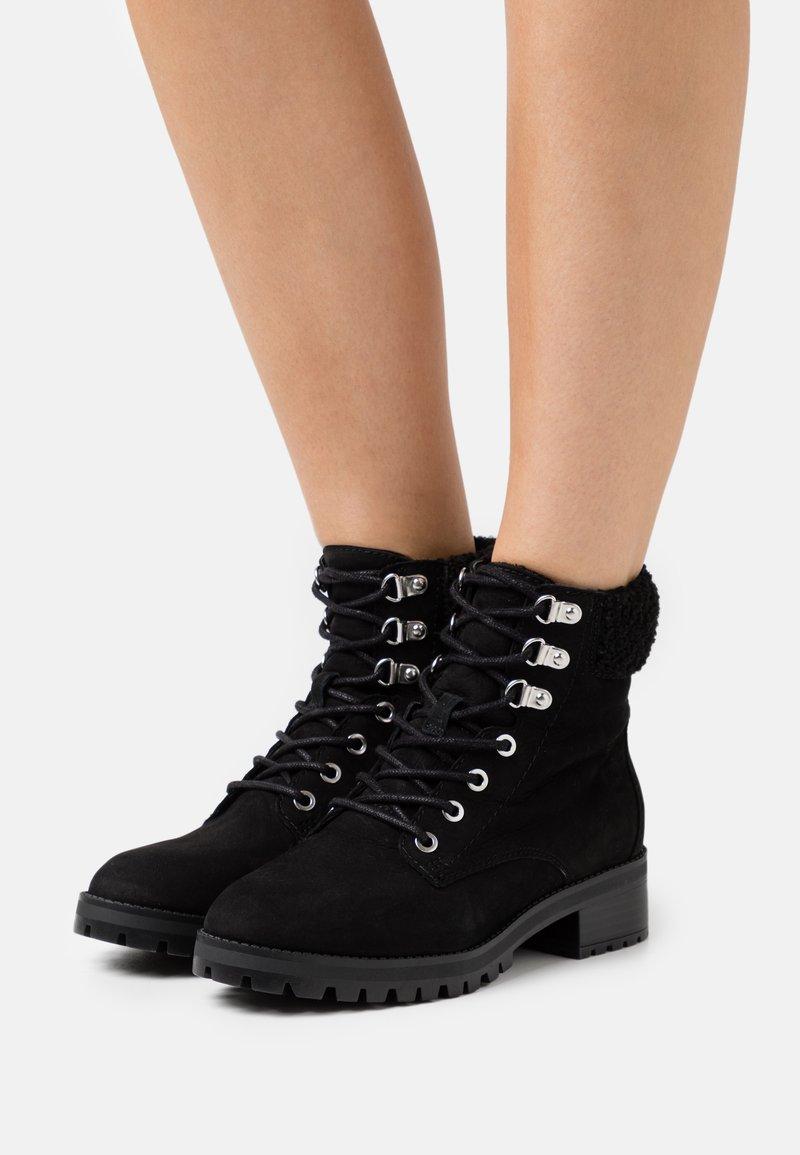 ALDO - RHAYMMA - Šněrovací kotníkové boty - black