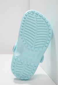 Crocs - CLASSIC - Sandały kąpielowe - ice blue - 4