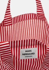 Mads Nørgaard - SOFT ATOMA - Shoppingveske - red/white - 3