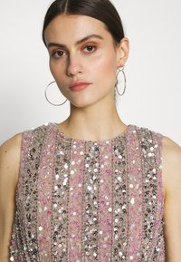 Maya Deluxe - EMBELLISHED OVERLAY DRESS WITH IRIDESCENT SEQUIN DETAIL - Iltapuku - taupe blush - 4