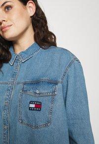 Tommy Jeans Curve - SHIRT DRESS - Denim dress - denim medium - 4