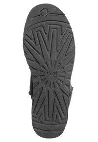 UGG - CLASSIC SHORT - Snowboots  - black - 5