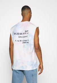 The Couture Club - TIE DYE SIGNATURE SEASON CUT OFF - Toppi - multi-coloured - 2