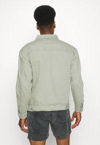 Mennace - SUNDAZE TRUCKER JACKET - Denim jacket - green - 2