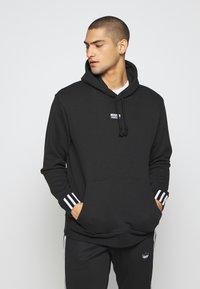 adidas Originals - R.Y.V. MODERN SNEAKERHEAD HODDIE SWEAT - Bluza z kapturem - black - 0