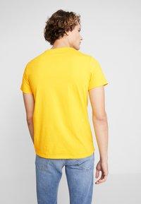 Levi's® - HOUSEMARK GRAPHIC TEE - Print T-shirt - yellow/multi-coloured - 2