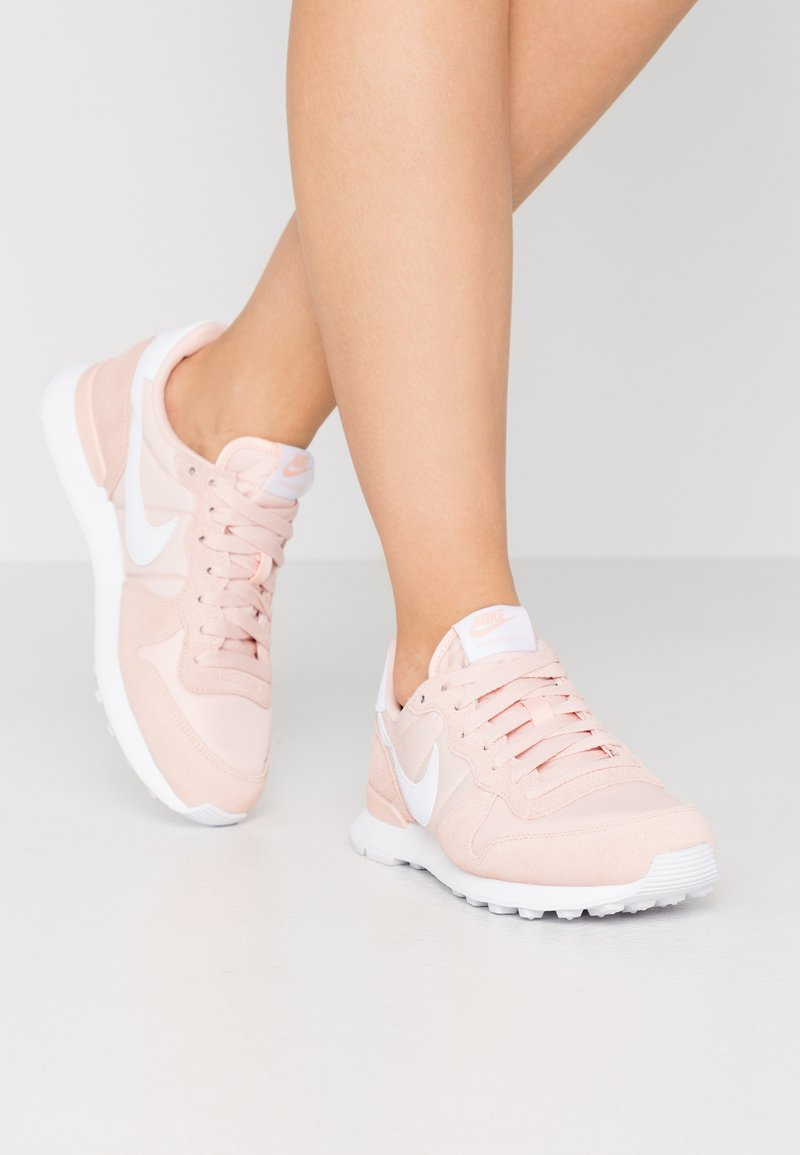 Nike Sportswear - INTERNATIONALIST - Trainers - washed coral/white