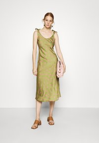 Who What Wear - TIE SHOULDER SLIP DRESS - Day dress - army/pink - 1
