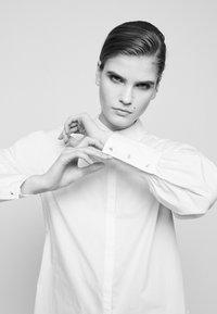 LIU JO - CAMICIA - Button-down blouse - bianco ottico - 4