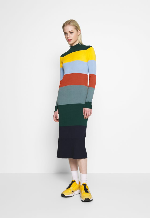 NUACCALIA DRESS - Sukienka dzianinowa - ponderosa
