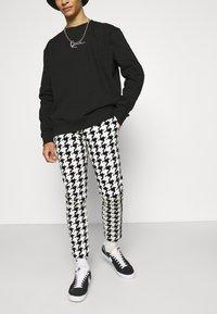 Twisted Tailor - FUGAZI TROUSERS - Kalhoty - black/white - 3