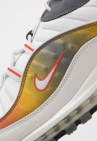 Nike Sportswear - AIR MAX 98 SE - Sneakers - vast grey/summit white/team orange/smoke grey/black/metallic red bronze - 5