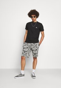 Brave Soul - DISGUISE - Shorts - grey camo - 1