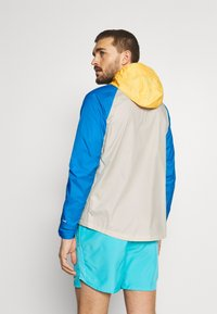 Nike Performance - TRAIL WINDRUNNER  - Chaqueta de deporte - solar flare/beach/laser blue/reflective silver - 2