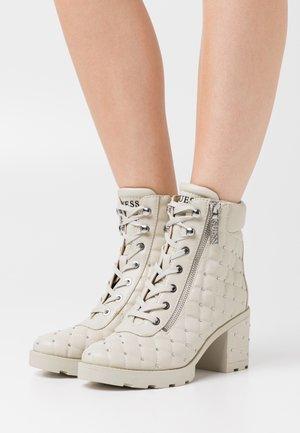 MIRABEY - Kotníkové boty na platformě - luster beige