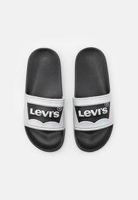 Levi's® - POOL 02 UNISEX - Matalakantaiset pistokkaat - black/metallic silver - 3