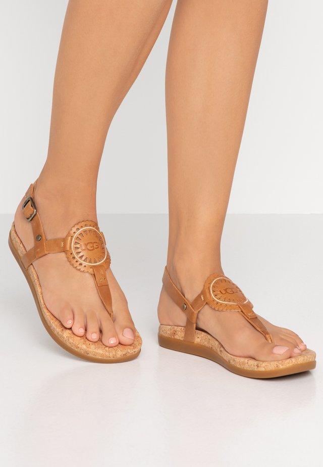 AYDEN - Sandalias de dedo - almond