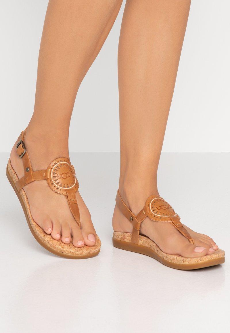 UGG - AYDEN - Sandalias de dedo - almond